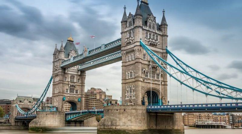 Britas išbėrė ant tilto 15 tūkstančių monetų ir patikrino praeivių reakciją