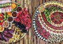 47 efektingos pjaustytos mėsos, žuvų, sūrių, daržovių ir vaisių apipavidalinimo idėjos. Paprasti produktai – gražus stalas!